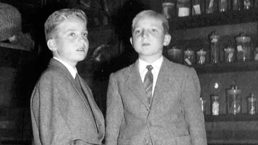 El infante Alfonso de Borbón y su hermano