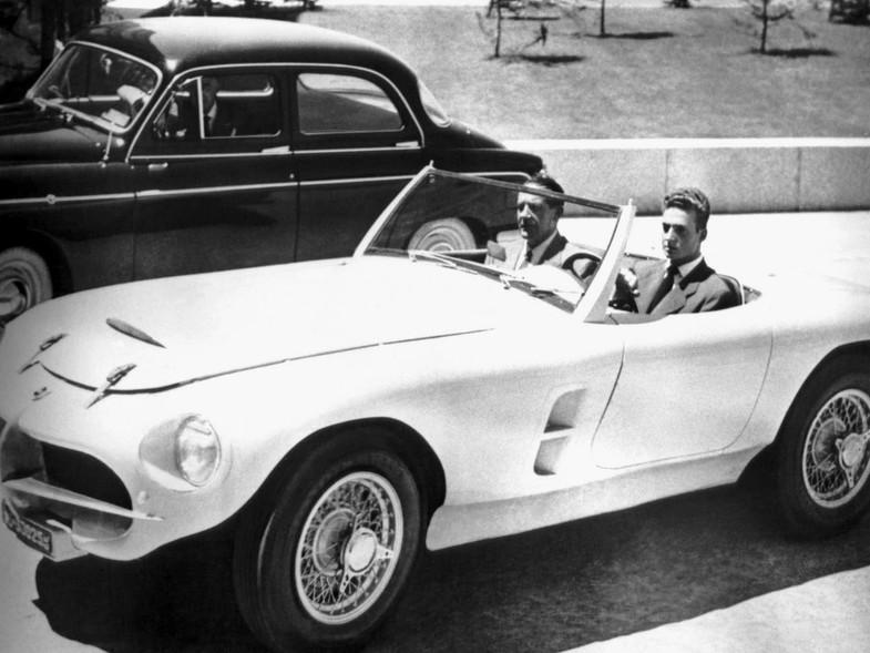 Juan Carlos de Borbón en un automóvil Pegaso