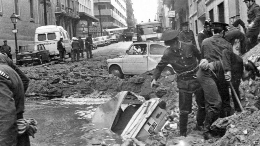 Restos en la vía pública tras el atentado contra Luis Carrero Blanco