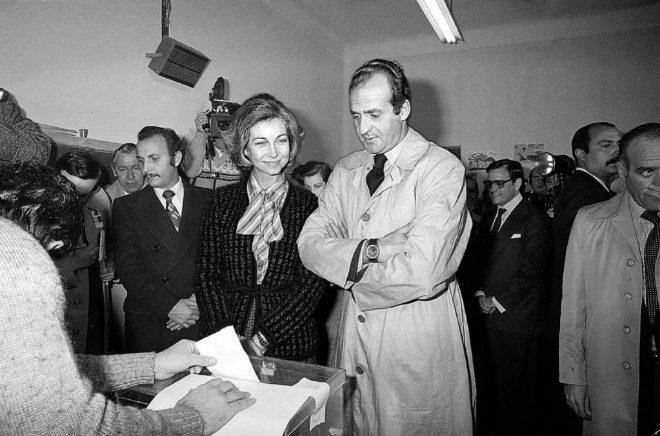 Juan Carlos de Borbón participando en unas votaciones