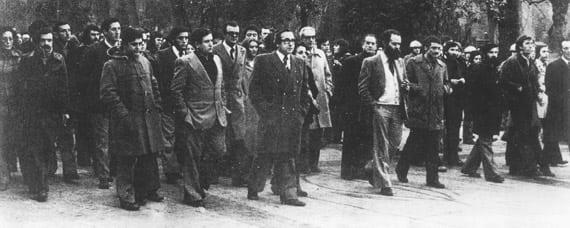 Cabecera de la manifestación convocada conjuntamente por la Junta Democrática y Plataforma de Convergencia Democrática la tarde del 17 de enero de 1976 en el Paseo de los Alamos de Oviedo
