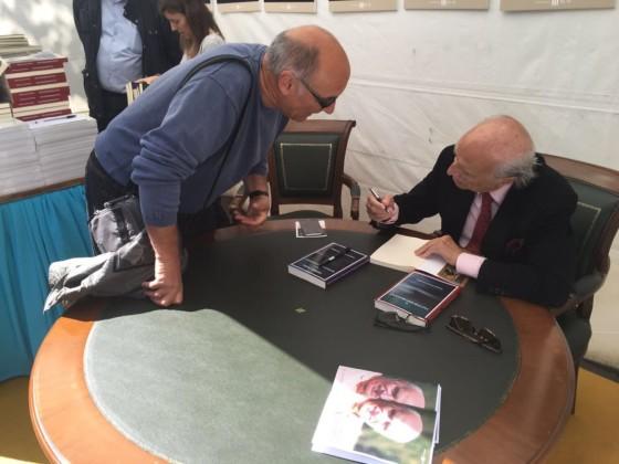 Antonio García-Trevijano firmando libros
