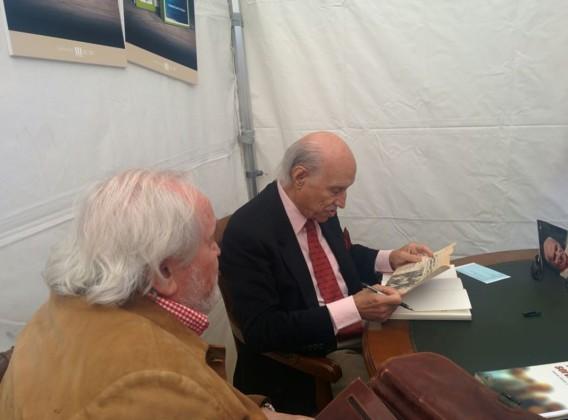 Antonio García-Trevjano firmando libros