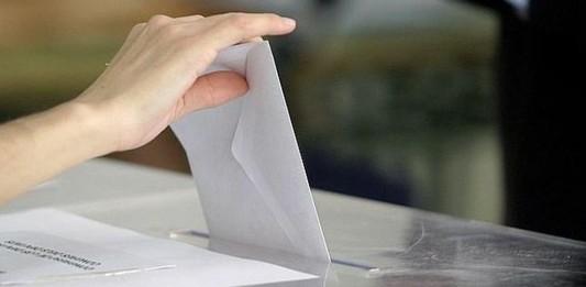 Persona votando en España
