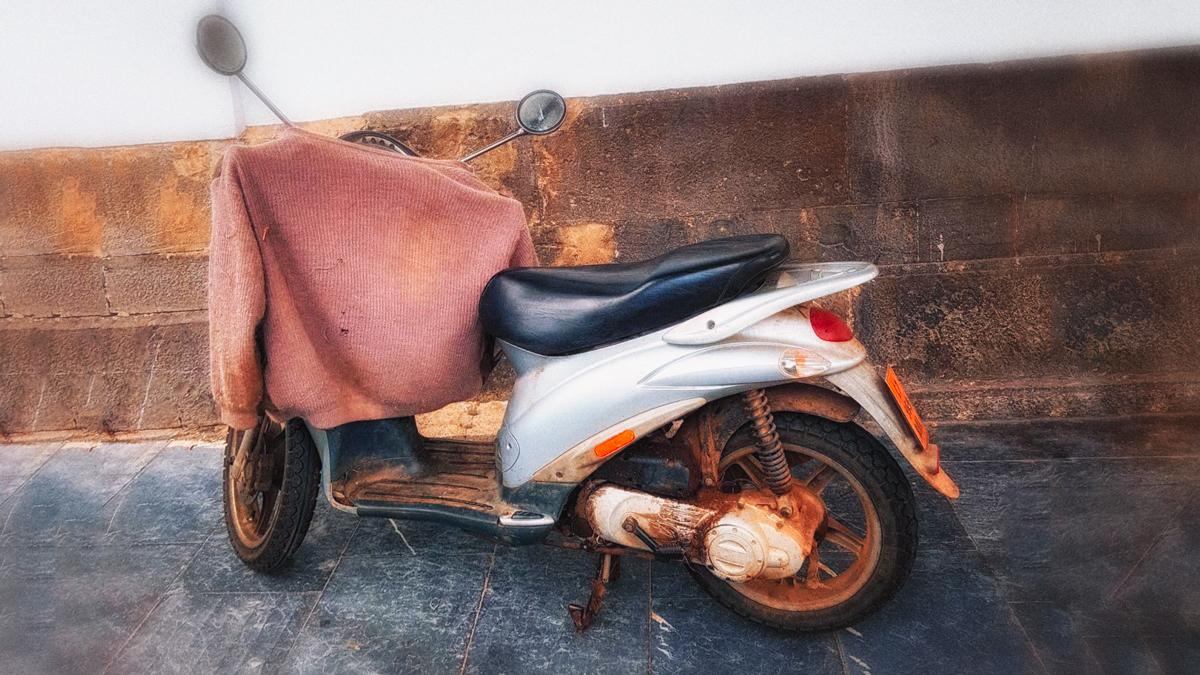 Motocicleta con un jersey encima