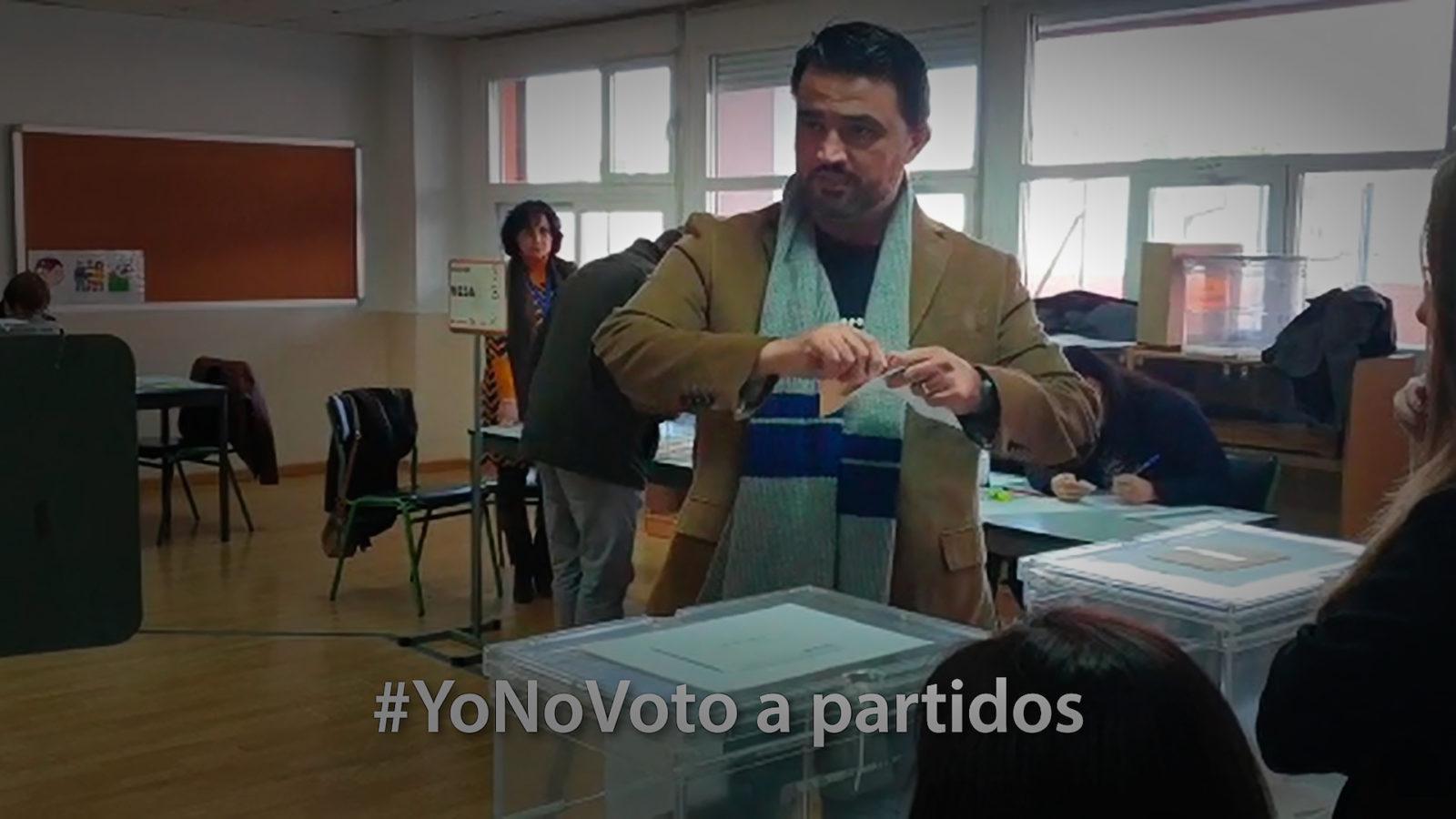Quique Baeza rompe su papeleta ante la mesa de votaciones a Partidos