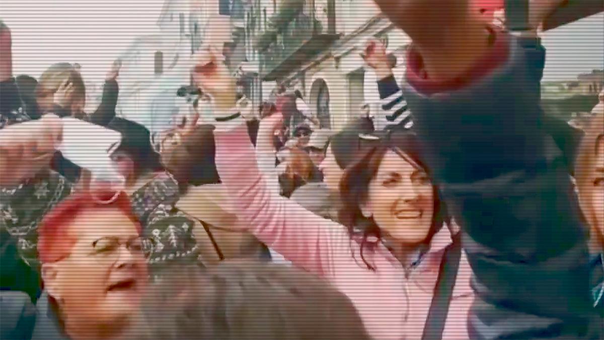 Unas personas se despojan de sus bozales en Venecia (Italia) en señal de protesta