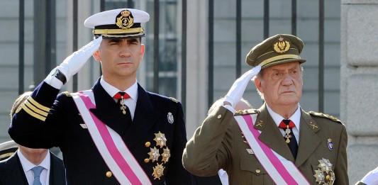 Juan Carlos de Borbón y su hijo, vestidos de militares