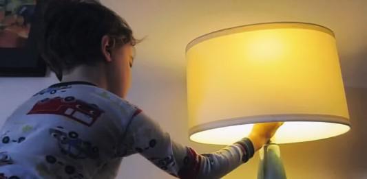 Niño enciende la luz